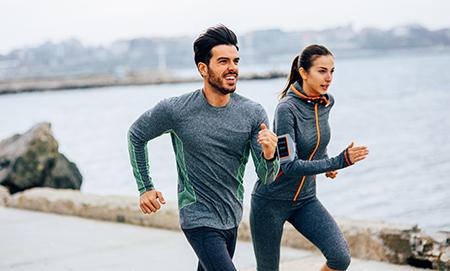 En kvinne og en mann som jogger